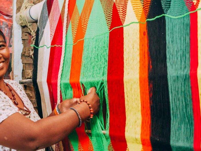 donne che sorridono al mercato