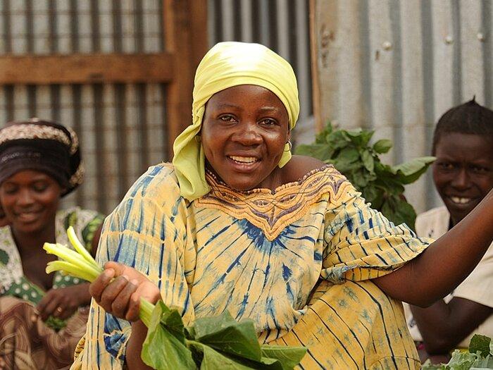 donna vende verdure